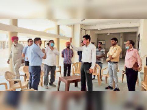 अस्पताल के भवन का निरीक्षण करते लोक निर्माण विभाग के एससी। - Dainik Bhaskar