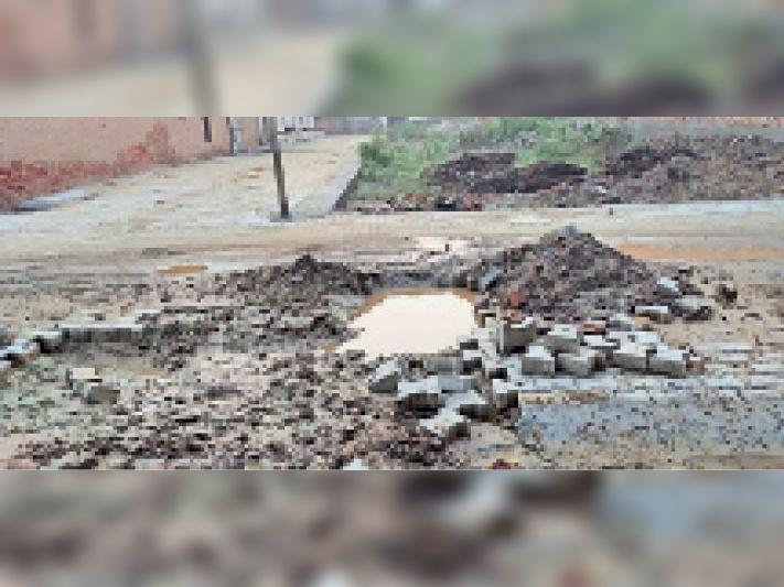 भारत नगर की गली नंबर एक में जनस्वास्थ्य विभाग ने खोदा गड्ढा। - Dainik Bhaskar