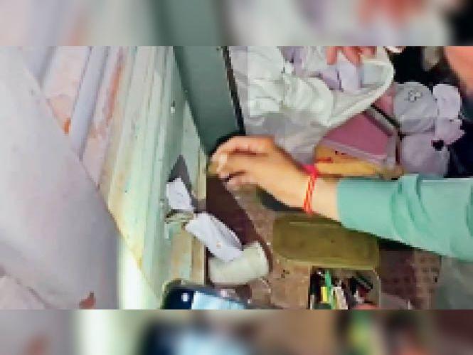 अनाज मंडी में कैमिकल की दुकान सील करते हुए। - Dainik Bhaskar