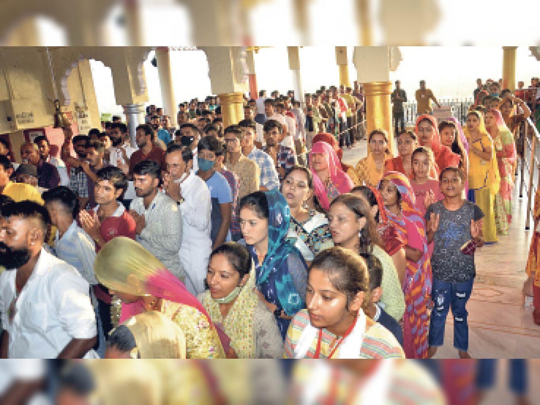बाड़मेर. नवरात्रि पर्व पर गढ़ मंदिर में उमड़ी श्रद्धालुओं की भीड़। - Dainik Bhaskar