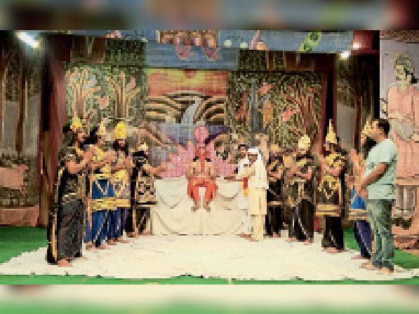 भगवान गणेश जी की वंदना करते हुए संदीप जोशी व रवि कुमार सहोता व कमेटी मेंबर।  - Dainik Bhaskar