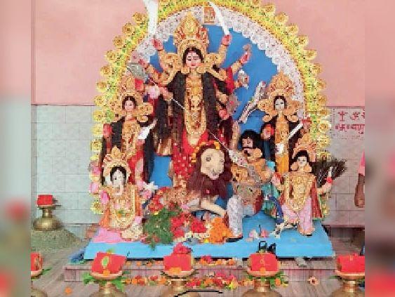 शहर के बड़ी कोठी में स्थापित मां की प्रतिमा व कलश। - Dainik Bhaskar