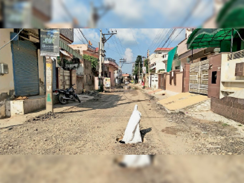 पटियाला के 7 कॉलोनियों को जोड़ने वाली 33 फुटी रोड करीब डेढ़ साल से खराब है। 6 महीने पहले उद्घाटन होने के बाद नहीं बनाया गय। इस रोड से सैकड़ों की अाबादी निकलती है। - Dainik Bhaskar