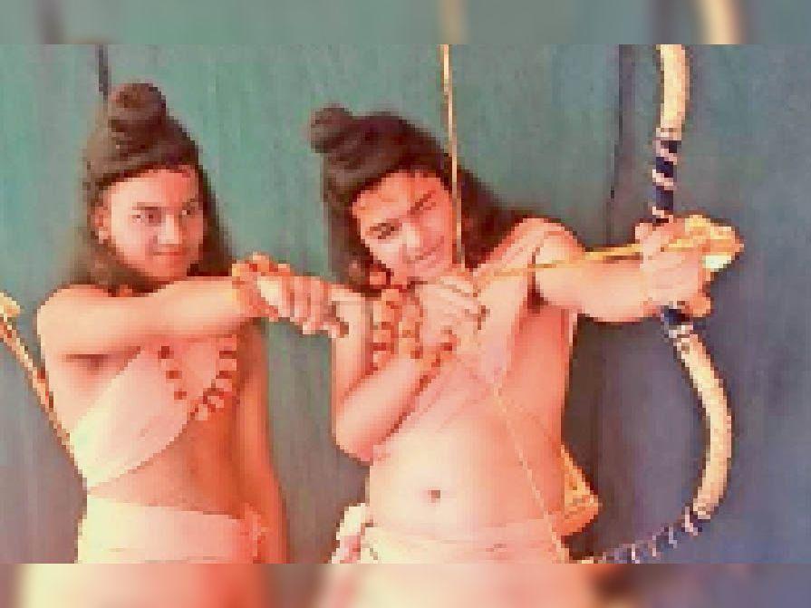 जोड़िया भट्टियां इलाके में आयोजित रामलीला के मंचन में तीरंदाजी का खेल खेलते लव कुश। आज वीरवार को पहले दिन भगवान वाल्मीकि जी का सीन भी दिखाया गया जिसमें वह लव कुश की कहानी से शुरू करते हुए बताते हैं कि कैसे लव कुश तीरंदाजी में परिपक्व होते हैं। - Dainik Bhaskar