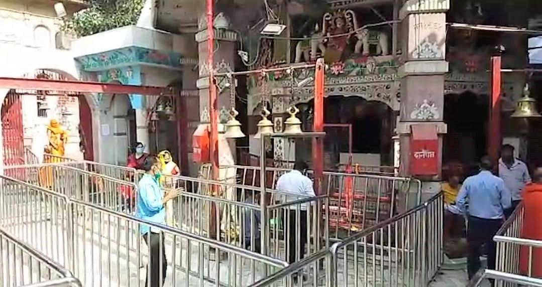 तपेश्वरी देवी मंदिर में कराया जा रहा है कोविड प्रोटोकॉल का पालन।