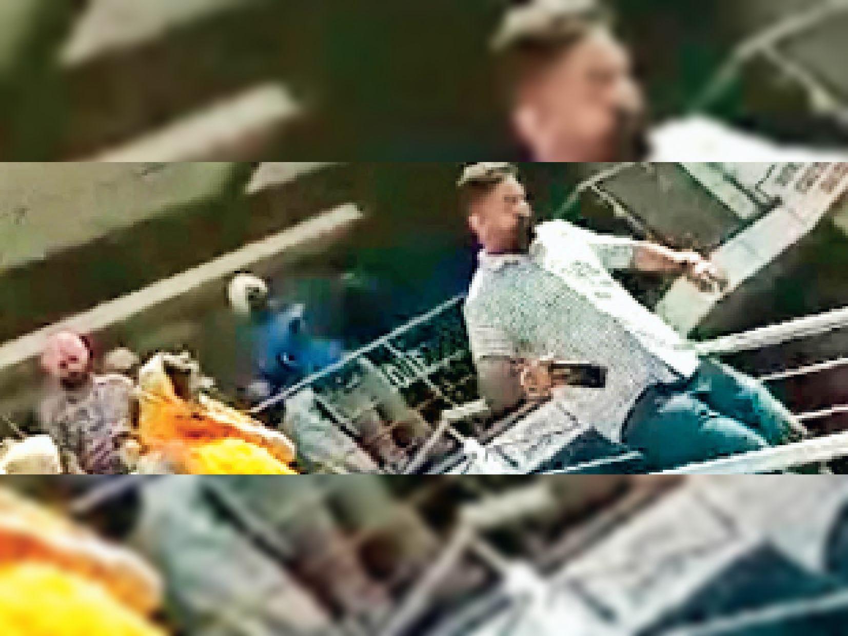 मोगा के एक होटल से पकड़े लड़के-लड़कियों को थाने ले जाती पुलिस। - Dainik Bhaskar