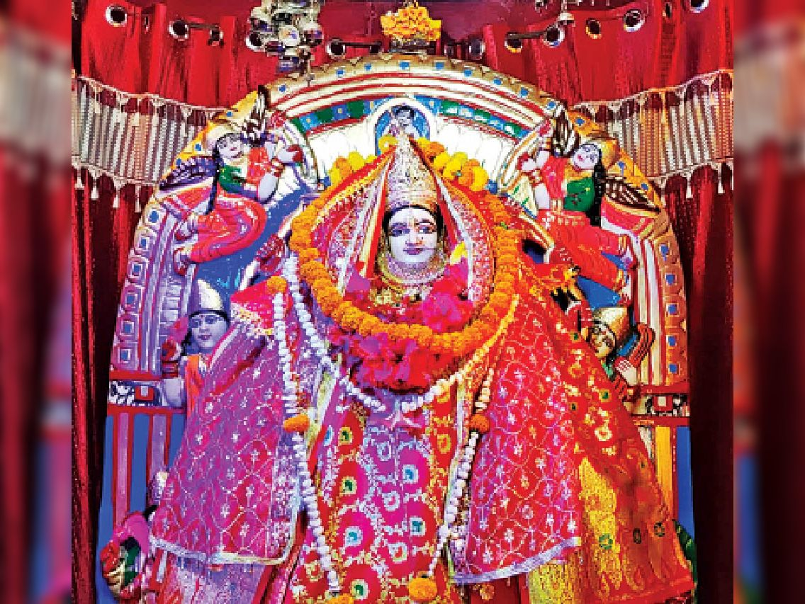 बड़ी दुर्गा मंदिर में विराजमान मां की भव्य प्रतिमा। - Dainik Bhaskar