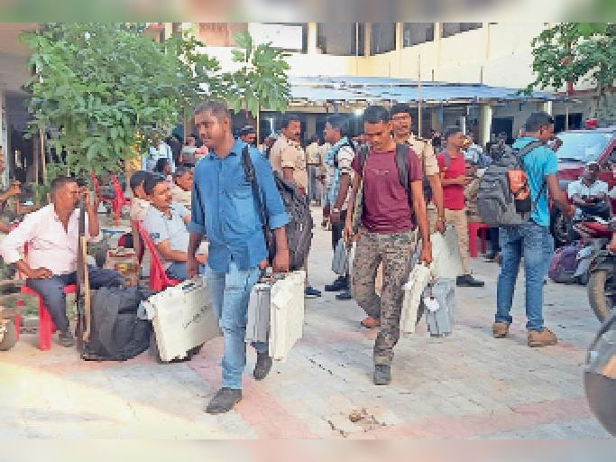 ईवीएम लेकर मतदान केन्द्र के लिए रवाना होते मतदानकर्मी। - Dainik Bhaskar
