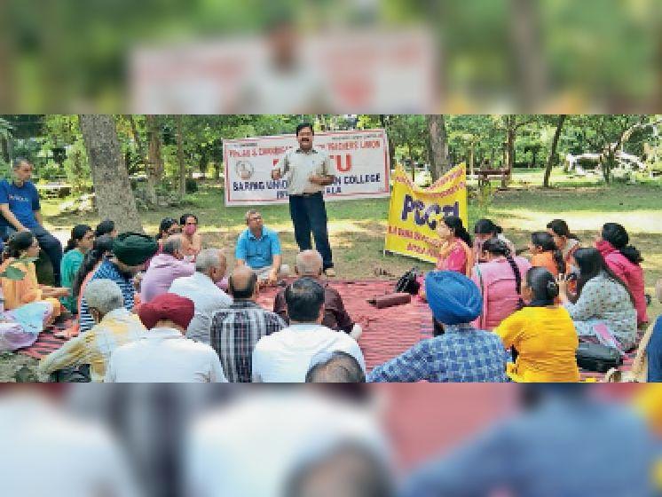 सुभाष पार्क में धरना लगाकर राेष रैली करते अध्यापक। - Dainik Bhaskar