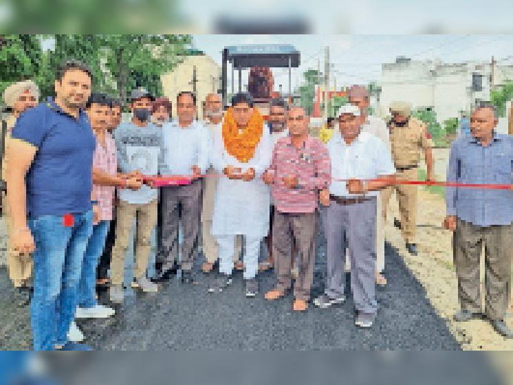 सड़क के निर्माण कार्य की शुरुआत करते विधायक सुंदर शाम अरोड़ा। - Dainik Bhaskar