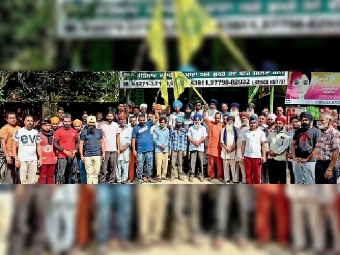 अड्डा सकराला में केंद्र व यूपी सरकार के खिलाफ नारेबाजी करते अलग-अलग गांवों के किसान। - Dainik Bhaskar