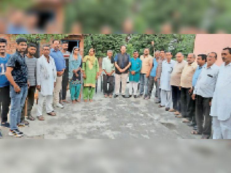 जनसंपर्क अभियान के तहत लोगों के साथ भाजपा नेता ठाकुर रघुनाथ सिंह राणा व अन्य। - Dainik Bhaskar
