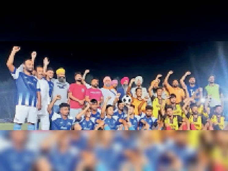 टूर्नामेंट शुरू होने से पहले नरेबाजी करते इकबाल सिंह थाना प्रभारी गढ़शंकर एवं अन्य। - Dainik Bhaskar