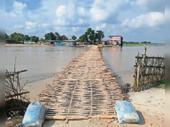 आरइओ सड़क में नूना नदी पर ग्रामीणों ने बनाया बांस का चचरी पुल - Dainik Bhaskar