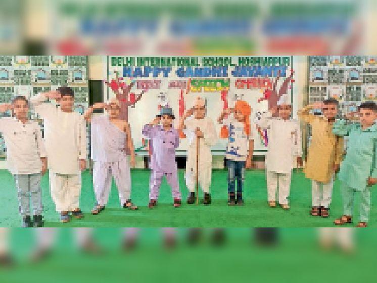 स्कूल में आयोजित फैंसी ड्रे में भाग लेते विद्यार्थी। - Dainik Bhaskar