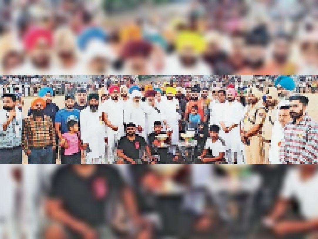 विधायक नवतेज सिंह चीमा खिलाड़ियों को आशीर्वाद देते हुए। साथ हैं हरजिंदर सिंह जिंदा, सरपंच लखविंदर सिंह लक्खी, सरपंच परमिंदर सिंह, वरिष्ठ काग्रेस नेता समुंदर सिंह ढिल्लों व अन्य। - Dainik Bhaskar