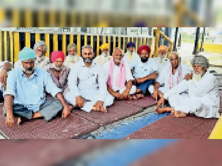 बैठक में शामिल संयुक्त किसान-मजदूर मोर्चा के नेता। - Dainik Bhaskar