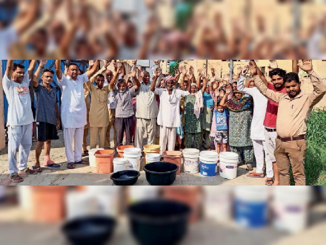 मोहल्ला नानक नगर में पानी की खाली बाल्टियां रख कौंसिल के खिलाफ नारेबाजी करते मोहल्लावासी। - Dainik Bhaskar