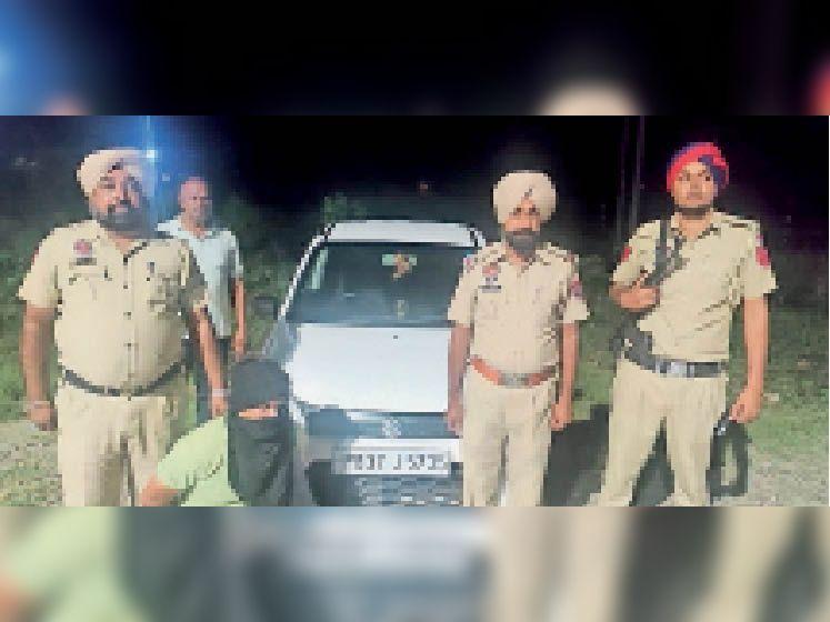 पकड़ा गया आरोपी पुलिस पार्टी के साथ। - Dainik Bhaskar