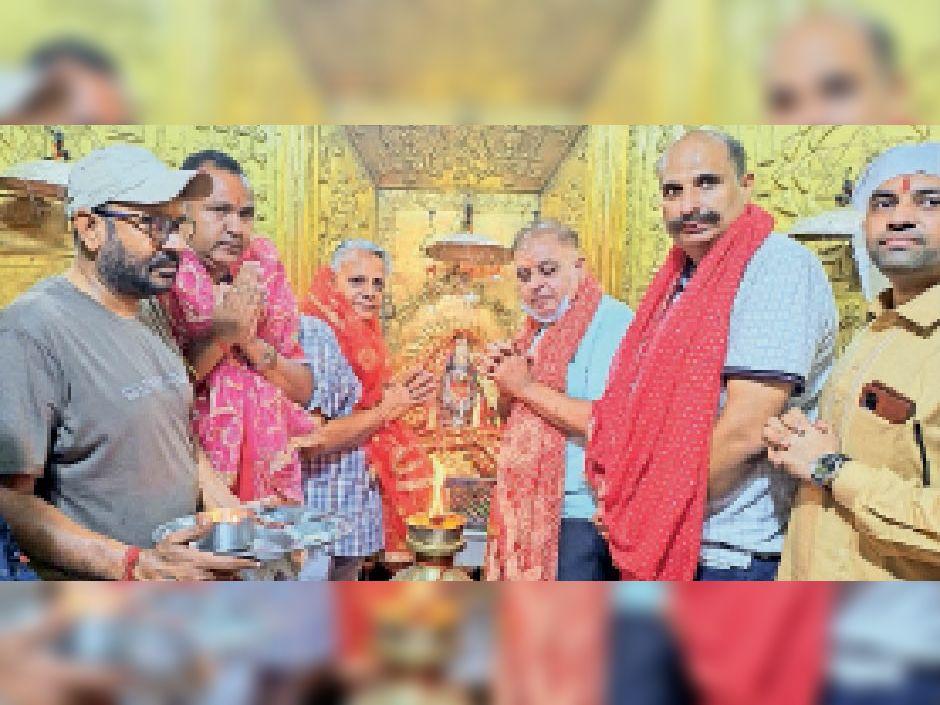 स्नेही मंदिर में ज्योति प्रज्जवलित की रस्म अदा करते हुए देवीमां के भक्त। - Dainik Bhaskar