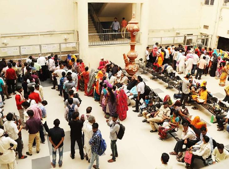 SMS हॉस्पिटल के धन्वन्तरी ओपीडी में लगी मरीजों की भीड़। - Dainik Bhaskar