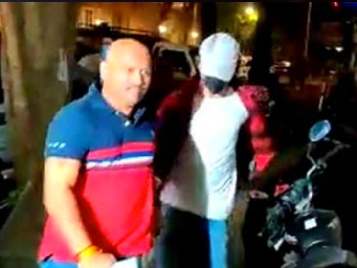 किरण गोसावी नाम का शख्स NCB कर्मचारियों के साथ आर्यन को लेकर दफ्तर पहुंचा था।
