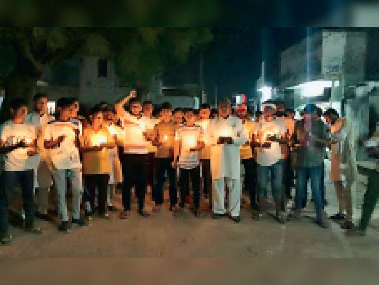 उत्तरप्रदेश में शहीद हुए किसानों को श्रद्धांजलि देने के लिए कैंडल मार्च निकालते लोग। - Dainik Bhaskar