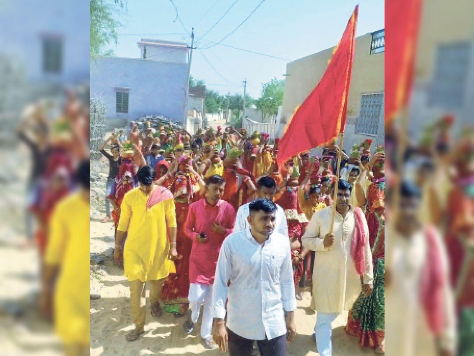 दुर्गा पूजा महोत्सव के शुभारंभ से पहले कलश यात्रा निकालते हुए। - Dainik Bhaskar