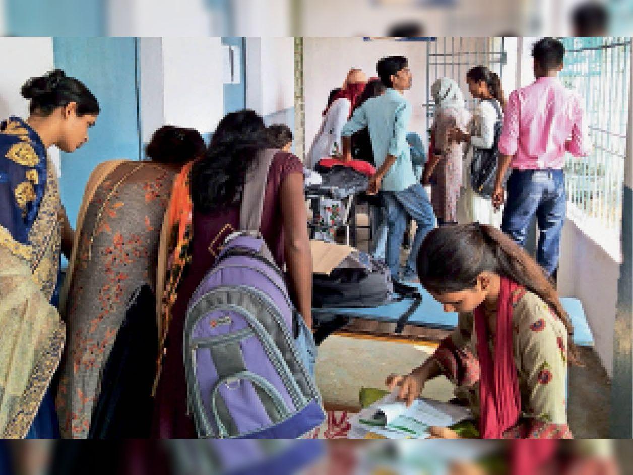 एसएमएसजी कॉलेज में छात्रवृत्ति फाॅर्म भरने के लिए परेशान होती छात्राएं। - Dainik Bhaskar