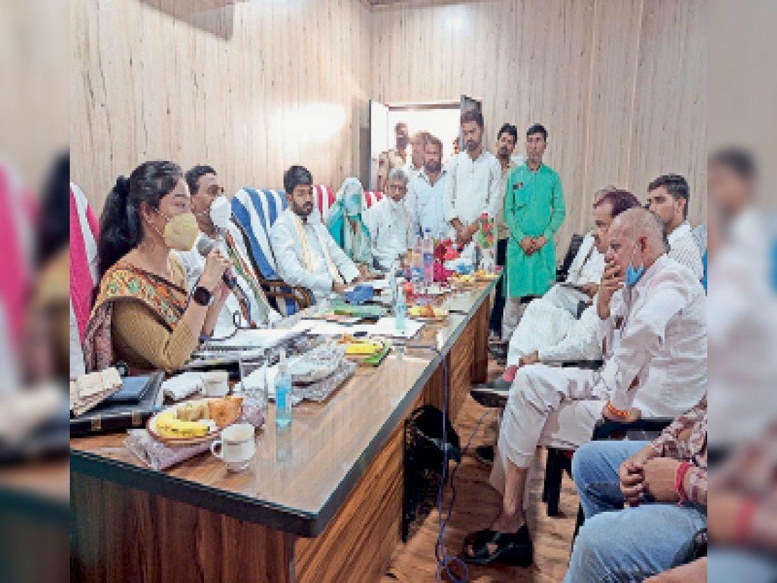 रुदावल। बैठक में मौजूद विधायक व अन्य। - Dainik Bhaskar