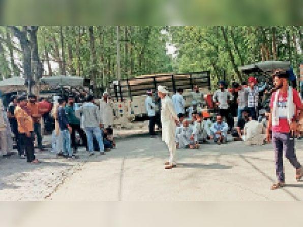 मजदूरी के रेट बढ़ाने की मांग को लेकर गुरुवार को चौ दिन भी मजदूरों - Dainik Bhaskar