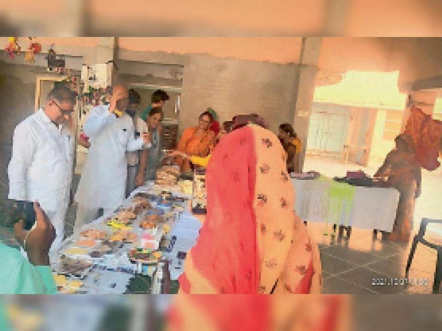 गांधी सप्ताह के तहत आयोजित प्रदर्शनी का अवलोकन करते अतिथि। - Dainik Bhaskar
