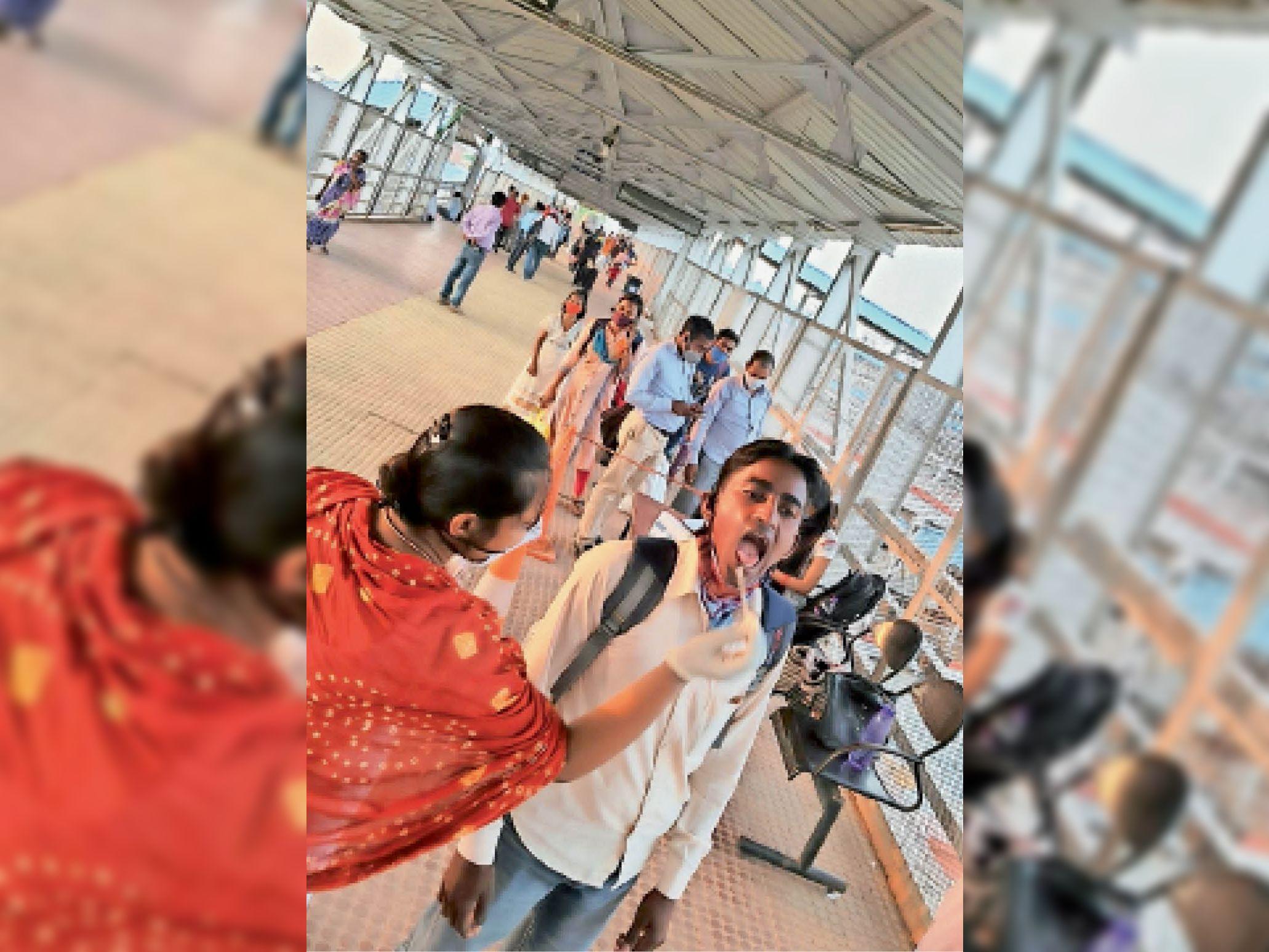 सासाराम रेलवे स्टेशन पर जांच के लिए यात्रियों से सैंपल लेते स्वास्थ्य कर्मी। - Dainik Bhaskar