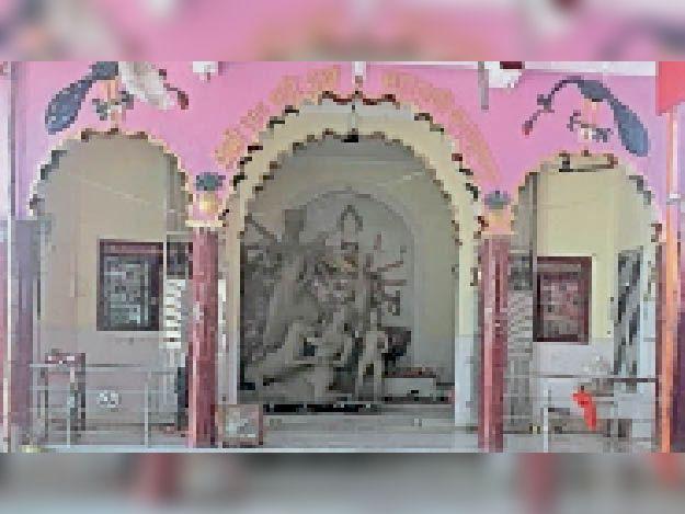 कल्याणपुर स्थित बड़ी दुर्गा मंदिर में प्रतिमा का हो रहा निर्माण।