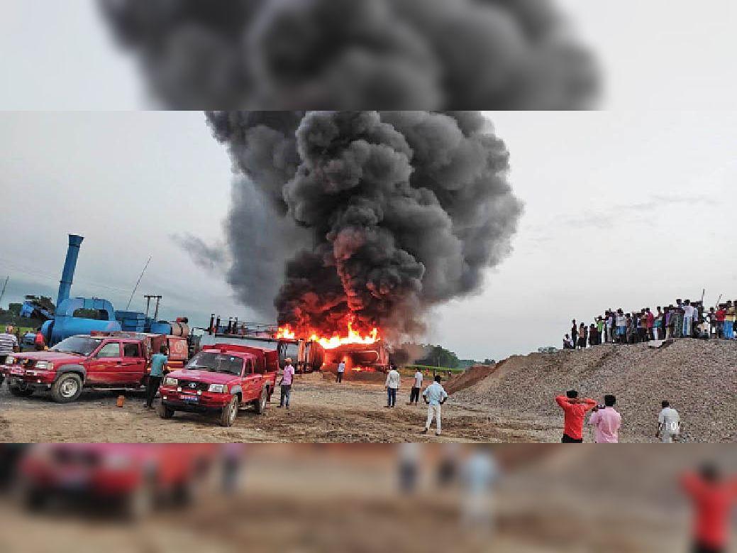 सड़क निर्माण कंपनी के हॉट मिक्स प्लांट में लगी भीषण आग बुझाते दमकलकर्मी। - Dainik Bhaskar