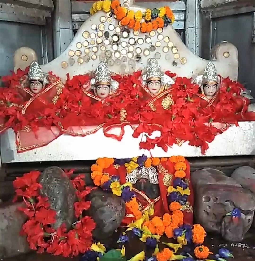 पुराणों के मुताबिक मां सीता को तपस्या करते देख उनके साथ 4 देवियों ने भी पूजा-अर्चना की थी। देवियों के तप के कारण ही इस मंदिर का नाम तपेश्वरी मंदिर पड़ा। - Dainik Bhaskar