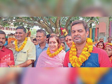 समर्थकों के साथ मुखिया प्रत्याशी। - Dainik Bhaskar