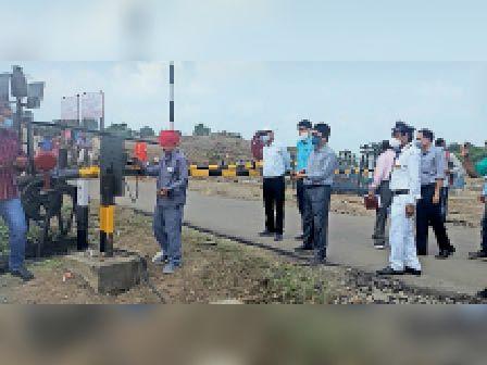 रेलवे फाटक का निरीक्षण करते मुख्य सुरक्षा पदाधिकारी। - Dainik Bhaskar