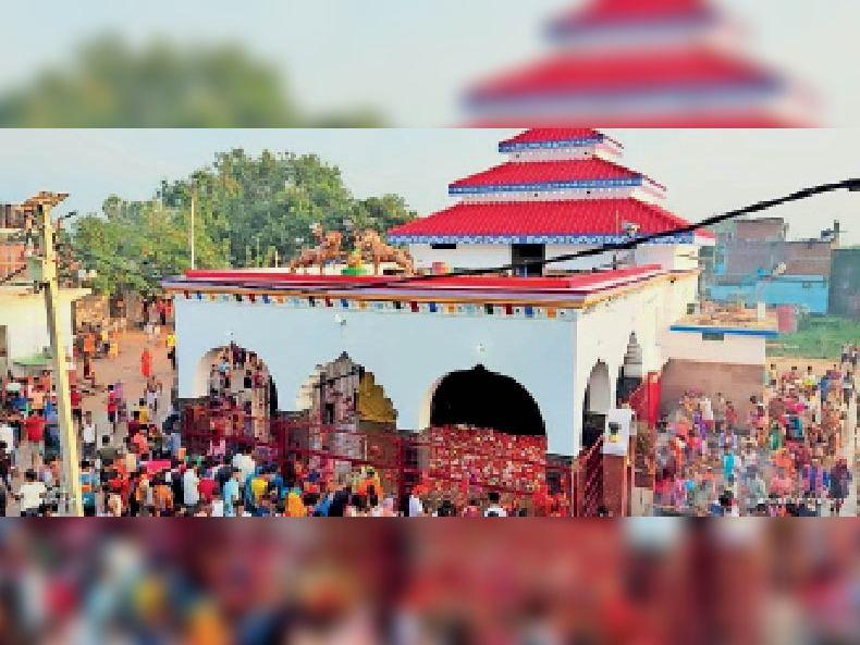 तिलडीहा दुर्गा मंदिर में नवरात्रि के पहले दिन उमड़ी श्रद्धालुओं की भीड़।
