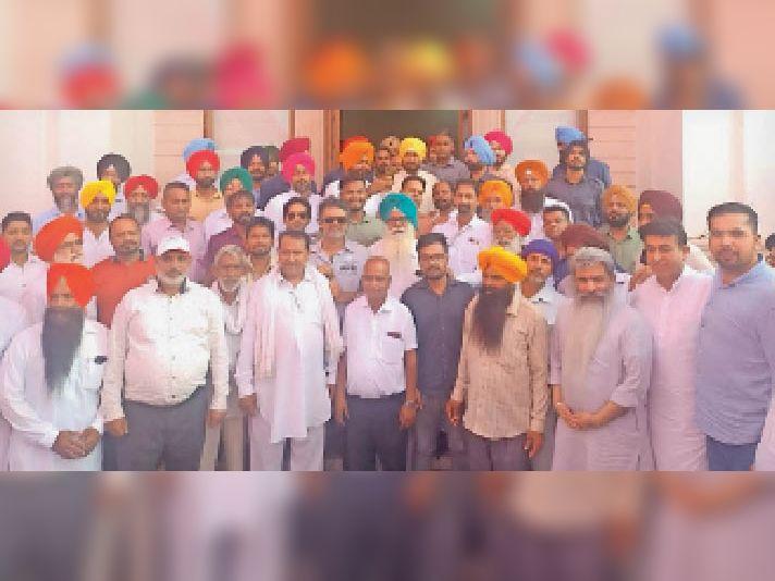 लखीमपुर खीरी के लिए रवाना होते विधायक अंगद सिंह, चंडीगढ़ में सीएम चरनजीत सिंह चन्नी, कैबिनेट मंत्रियों व विधायकों के साथ। - Dainik Bhaskar