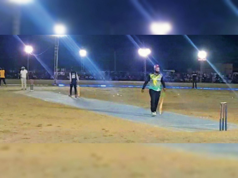 रात्रिकालीन क्रिकेट प्रतियोगिता में खेलते खिलाड़ी। - Dainik Bhaskar