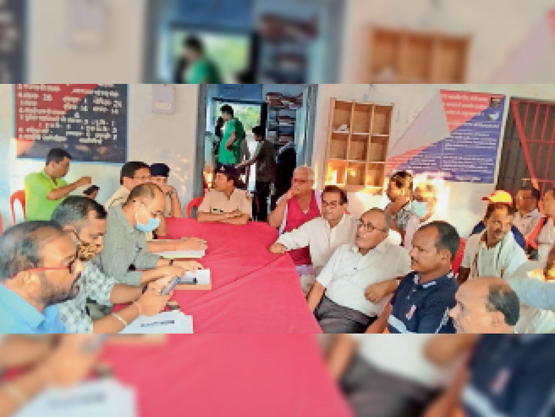 बलिया थाना परिसर में आयोजित शांति समिति की बैठक में उपस्थित अधिकारी व अन्य। - Dainik Bhaskar