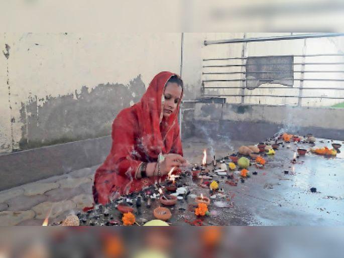 मां शैलपुत्री की आराधना करते हुए। - Dainik Bhaskar