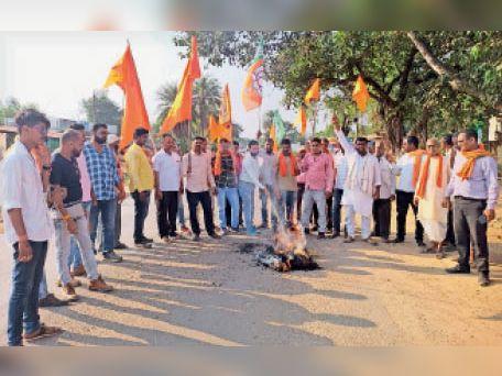 उपद्रव के विरोध में सीएम का पुतला जलाते हुए भाजपाई। - Dainik Bhaskar