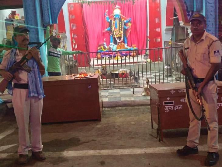 माता के दरबार के बहार तैनात पुलिस जवान - Dainik Bhaskar