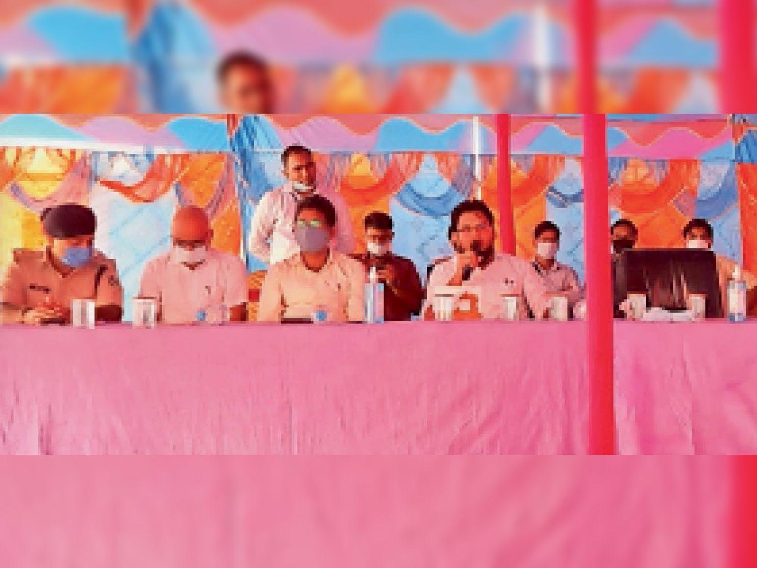 वीरपुर में ब्रीफिंग कार्यक्रम को संबोधित करते डीएम और उपस्थित पदाधिकारीगण। - Dainik Bhaskar