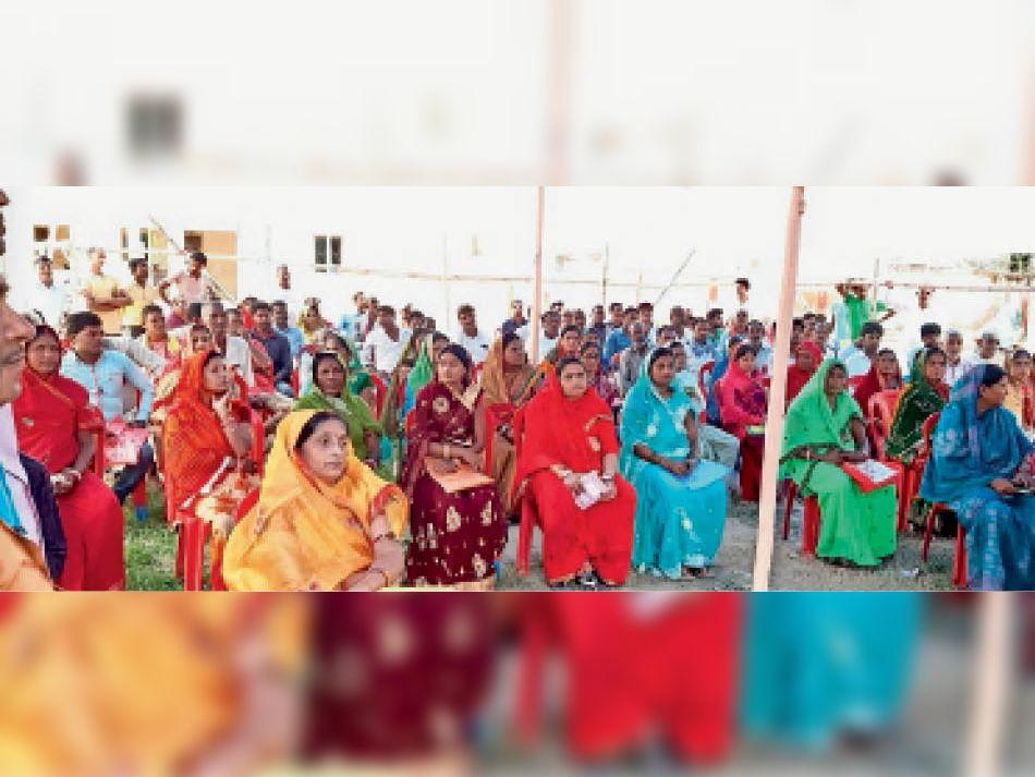 नावकोठी में आदर्श आचार संहिता के अनुपालन के लिए आयोजित बैठक में मौजूद अभ्यर्थी। - Dainik Bhaskar