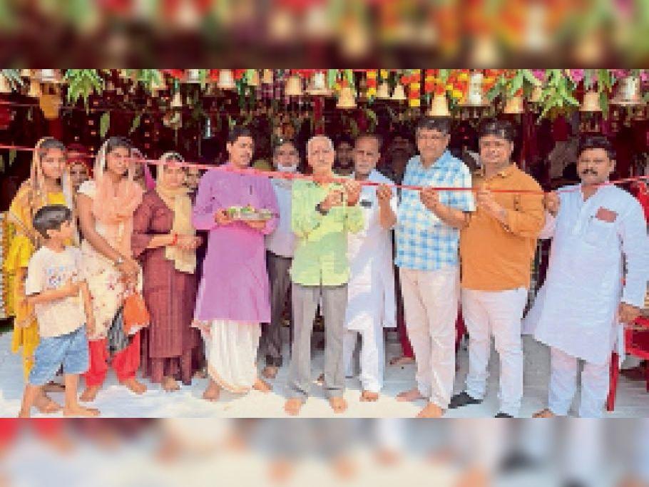 समता चौक पर शिव गंगा सेवा समिति के दरबार का शुभारंभ करते हुए। - Dainik Bhaskar