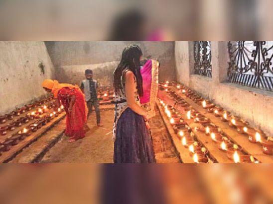 राजापारा स्थित सिंहवाहिनी मंदिर में ज्योति कलश प्रज्वलित करते श्रद्धालु। - Dainik Bhaskar