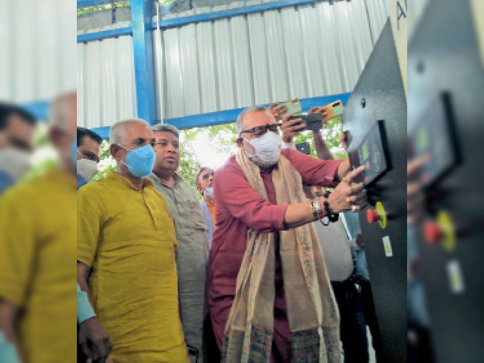 सदर अस्पताल में ऑक्सीजन प्लांट का उद्घाटन करते गिरिराज सिंह। - Dainik Bhaskar